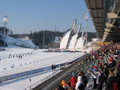 Běžecký stadion a můstky v pozadí